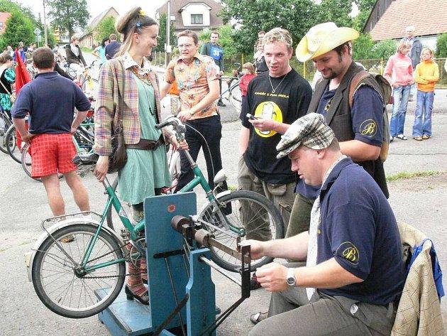 Každý soutěžící musel ještě před závodem povinně nastoupit i se svým bicyklem na váhu.