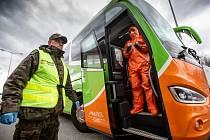 Na hraničním přechodu do Polska v Náchodě probíhají zdravotní kotroly. Každý cestující v autobuse či minibusu musí podstoupit měření teploty a vyplnit dotazník. Policie, celníci i hasiči tak kontrolují hranici.