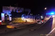 Noční jízda skončila převráceným autem na chodníku