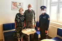 Pomáhat a chránit v praxi. Žena, kterou hledaly policejní jednotky na zemi i ze vzduchu, přišla osobně poděkovat policistům za odvedenou práci a nasazení.