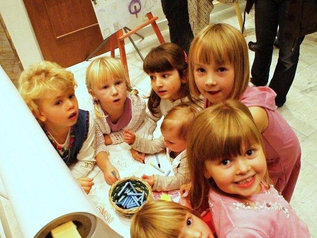 I nejmenší děti se podílely na výtvarné tvorbě Hřiště mých snů. Práce jsou vystaveny v Č. Kostelci.