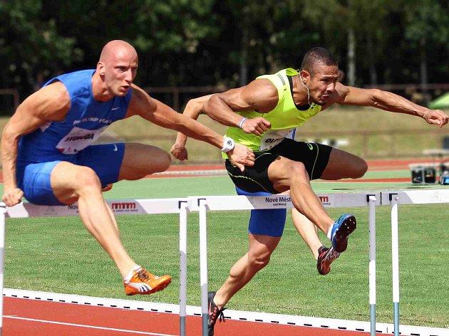 OPĚT PO ROCE se na novoměstský Stadion generála Klapálka vrací i čtyřnásobný český šampion v běhu na 110 metrů překážek Petr Svoboda (vlevo).