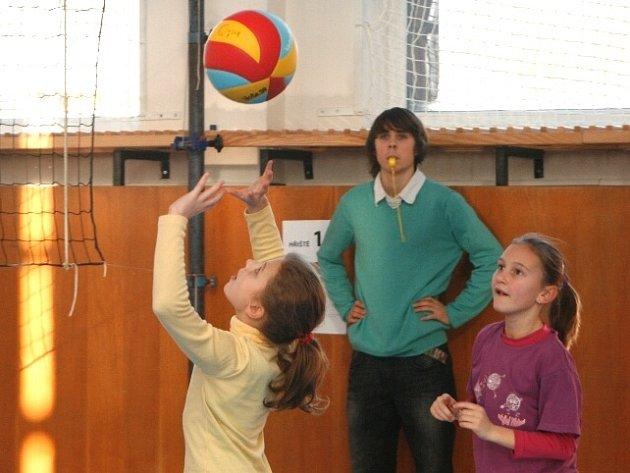 DO TĚLOCVIČNY Základní školy Malecí dorazilo celkem třiadvacet družstev z Královéhradecka a jedno z Vysočiny.