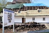 RODNÝ DOMEK spisovatele Aloise Jiráska dostává novou střechu.