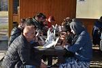 Město Náchod v úterý odpoledne pro 52 uvízlých Ukrajinců zajistilo na dopravním hřišti v Bělovsi jídlo, pití a sociální zázemí, aby se mohli dát do pořádku.