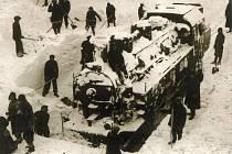 Uvězněné lokomotivy ve sněhové závěji v Novém Městě nad Metují na začátku ledna 1941.