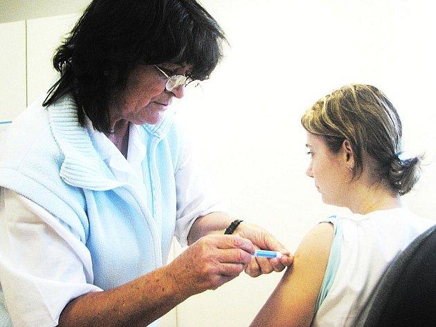 """Také Leona Hanková, laborantka z transfúzní stanice v Náchodě, se nechala včera oočkovat Boženou Zítkovou z kalmetizačního střediska proti takzvané """"prasečí chřipce""""."""
