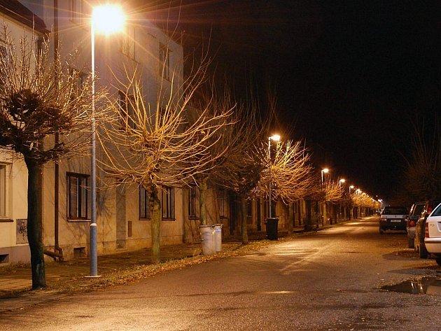 Nové osvětlení v Palackého ulici - pohled od Wikov arény směrem k městu.