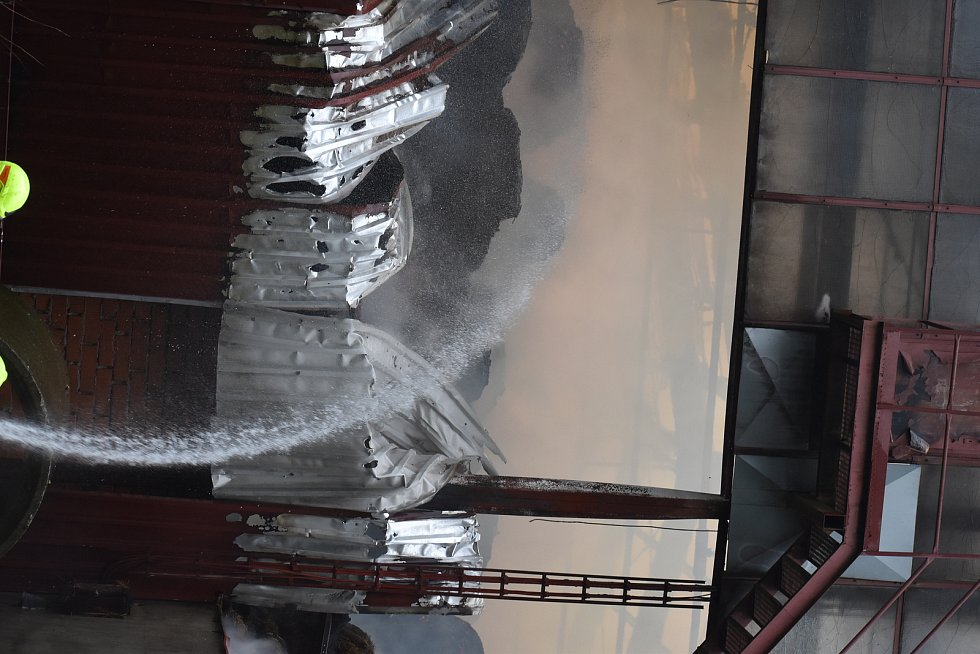 Šedivý dým poslední zářijové ráno začal stoupat ze skladovacího objektu s krmivem pro dobytek nad Suchým Dolem. Na místo do zemědělského areálu společnosti Agriteam vyjelo 10 jednotek hasičů. Na plně rozvinutý požár bylo nasazeno osm vodních proudů, z toh