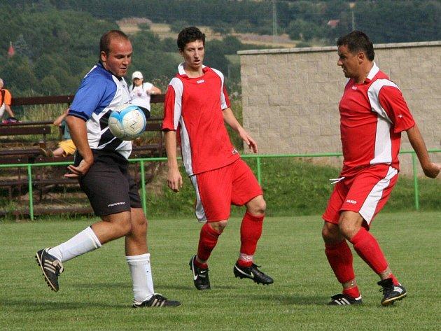 Nováček  I. B třídy, fotbalisté Provodova (u míče), vstoupí dnes na půdě Předměřic do bojů o první mistrovské body.