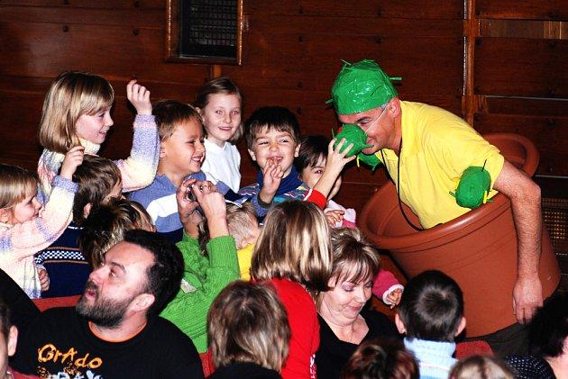 MICHALA NESVADBU děti skutečně milují. V Jiráskově divadle  se dostal do jejich obležení.