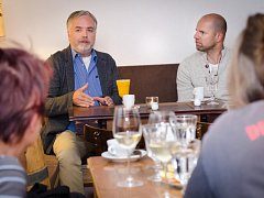 Písně v podání Františka Segráda, kapely Romana Tomeše a vystoupení Jamese Harriese obohatili pondělní program festivalu. Každodenní posezení v kavárně Cheers nabízí příležitost setkat se se zajímavými hosty.