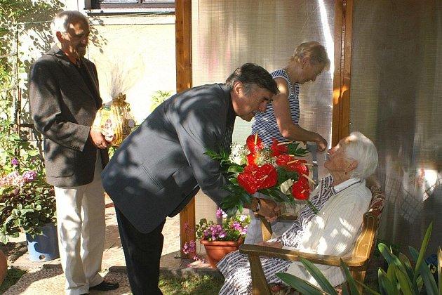 Starosta Petr Mědílek a místostarosta Karel Cejnar gratulují Marii Jiránkové ke stým narozeninám.