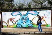 Sprejeři v Novém Městě nad Metují nastříkali na plakátovací plochy velikonoční motivy, aby odlehčili již tak tíživou atmosféru omezení pohybu.