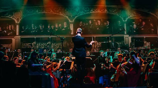 Police Symphony Orchestra ve vyprodané Lucerně.