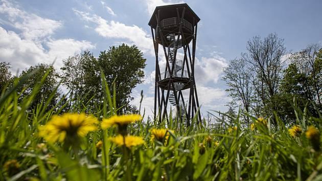 U Vysoké Srbské na Náchodsku skončila výstavba 18 metrů vysoké rozhledny.