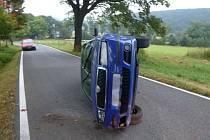 Trutnovská jednotka hasičů odstranila následky nehody osobního vozidla, které havarovalo v části Horní Adršpach. Vozidlo skončilo převrácené na boku.