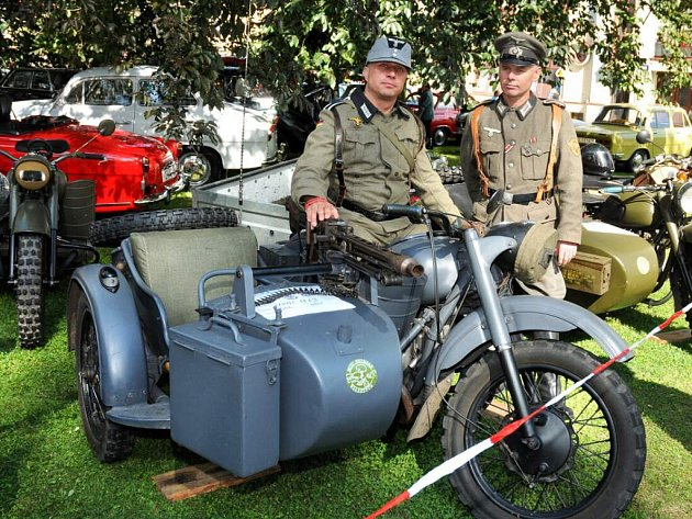 Výstava historických vozidel v Polici nad Metují.