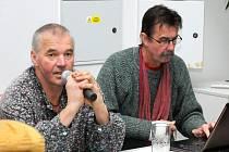 MAJÍ RÁDI KONĚ. Jiří Votava (vlevo) a Pavel Simon na besedě ve Velkém Poříčí.