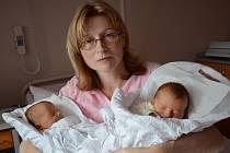 ŠÁRKA A PAVLA VÉBROVY jsou dvojčátka. Holčičky se narodily 19. listopadu rodičům Ivaně a Alešovi z Vysokova. Šárka (vpravo) přišla na svět ve 22:01 hod, vážila 2375 g a měřila 47 cm. Pavla se narodila ve 22:32 hod s váhou 2550 g a a délkou 47 cm.