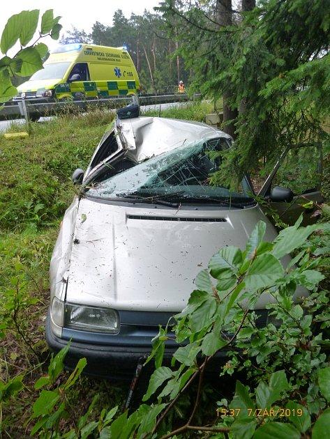 Auto vyjelo ze silnice, zranili se vněm dva lidé