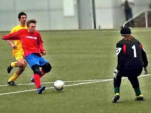 NOVOMĚSTSKÝ Roman Čopík dává vítězný gól svého týmu v sobotním domácím utkání s Hostinným.