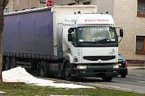 Přestože je silniční obchvat od minulého roku v provozu, jezdí přes centrum České Skalice stále několik desítek kamionů denně.