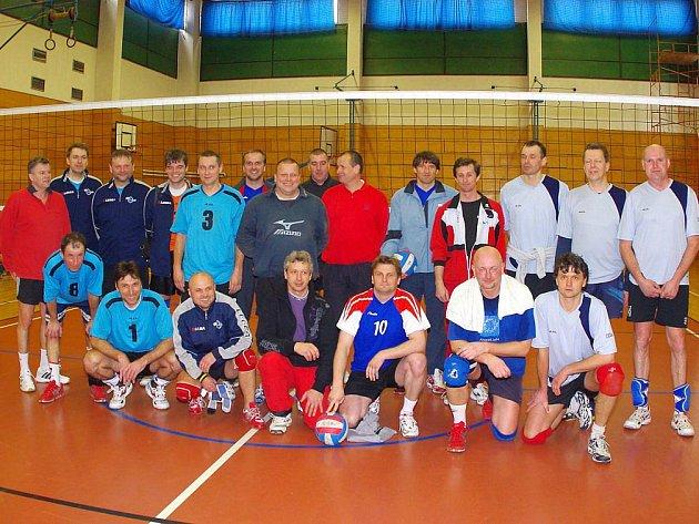 Společná fotografie  účastníků kvalifikačního turnaje v Hronově. Vlevo je družstvo Semilských veteránů, uprostřed Červený Kostelec a vpravo vítězné domácí Podkrkonoší.