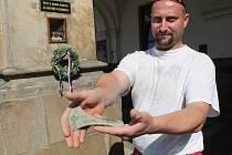 Petr Kaněra se svým cenným nálezem.