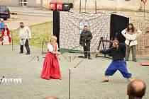 Simona Hanzlová se věnuje historickému šermu a historii. V současné době působí u Historického spolku Antares z Náchoda, který se zabývá reprodukcí historického šermu převážně z období pozdní gotiky.