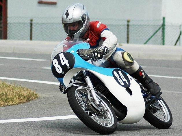 VELKOPETROVICKÝ závodník Miloš Thér si na Těrlickém okruhu dojel pro třetí místo ve třídě Klasik 175ccm.