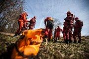 Aby byli hasiči ve chvílích, kdy jde o život, schopní ohroženým lidem pomoci, účastní se v těchto dnech kurzu na zrádném jezu na Úpě u Zvole poblíž Jaroměře.