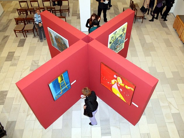 Šedesát umělců z Náchodska, ale i z Rychnovska a Trutnovska, vystavuje nyní na tradiční už 29. přehlídce umění regionu Náchodský výtvarný podzim.