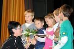 PRVŇÁCI se sešli v Jiráskově divadle, tam je uvítala ředitelka školy, starostka a třídní učitelky. Každý dostal pamětní list, knížku a kytičku.