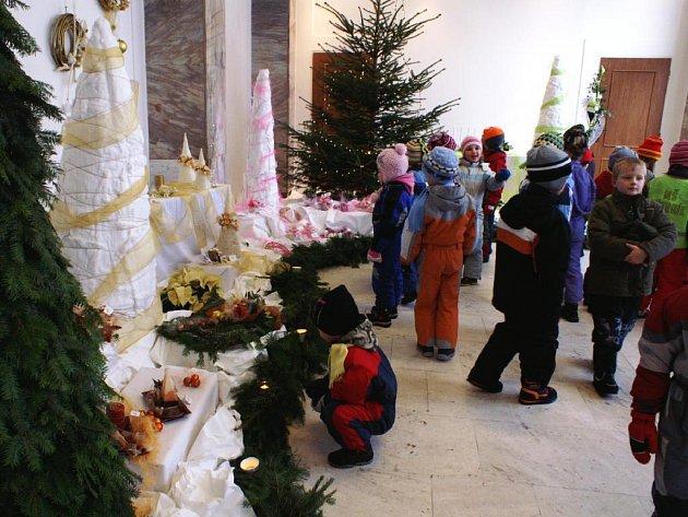 Vánoční aranžmá Michaely Cinkové zaujalo také děti z Mateřské školy Větrník v Červeném Kostelci.