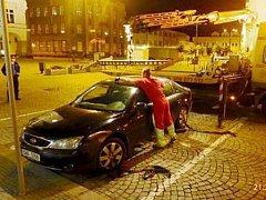 Špatné parkování v centru Náchoda.