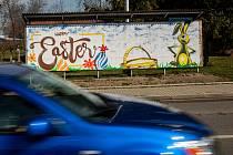 Sprejeři v Novém Městě nad Metují nastříkali na plakátovací plochy velikonoční motivy, aby odlehčily již tak tíživou atmosféru omezení pohybu.