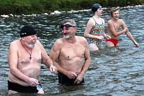 V sobotu 15. listopadu se sešly na břehu rybníka Brodský zhruba dvě desítky otužilců, aby si buď jen tak zaplavaly, nebo rovnou zatrénovaly na závody v zimním plavání.