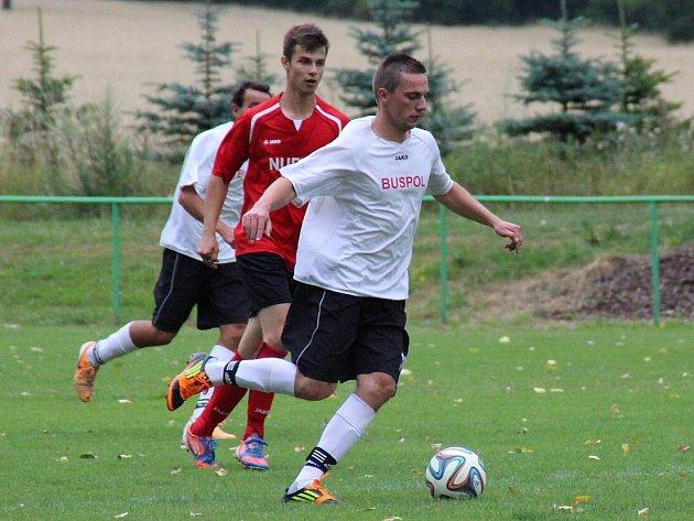 FOTBALISTÉ Červeného Kostelce (v bílém) sice ve středu prohráli v Provodově 2:5, sobotní pohárový zápas v Úpici ale už zvládli na jedničku.
