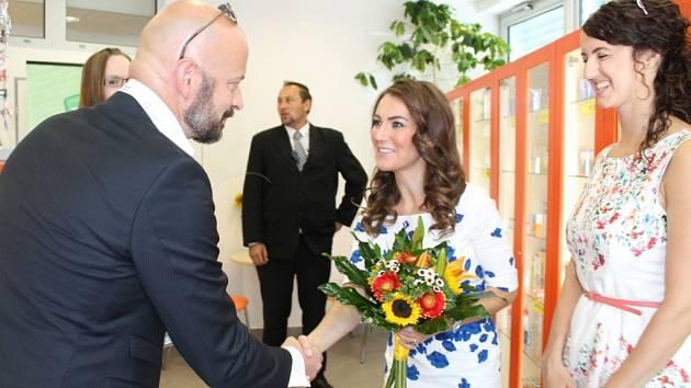 Dvojnice britské vévodkyně Kate včera přijela do Náchoda. Prohlédla si Královéhradeckou lékárnu v ambulantním pavilonu náchodské nemocnice a dokonce v doprovodu ředitele nemocnice Zbyňka Chotěborského zavítala na zdejší rehabilitační oddělení.