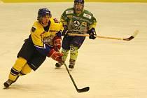 Hokejisté Nového Města (u puku) se v nedělním podvečeru marně snažili překonat pozornou obranu Hronova, který si nakonec odvezl vítězství 4:1.
