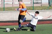 PÁTÝ ročník fotbalového turnaje O pohár starosty Městyse Velkého Poříčí přinesl velmi zajímavé zápasy s neméně zajímavými výsledky. Z vítězství se nakonec radovali fotbalisté ze Žďárek, kteří ve finálovém souboji přehráli Kosáky z Vysoké Srbské.