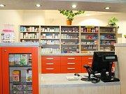 PŘÍJEMNĚJŠÍ PROSTŘEDÍ pro pacienty a klienty nyní nabízí lékárna v ambulantním pavilonu v dolním areálu nemocnice v Náchodě.
