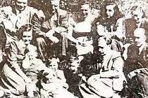 Piloti RAF s rodinami po odletu z Vysokova a těsně po přistání na letišti v anglickém Manstonu 22. dubna 1949. Nahoře zleva major Oldřich Filip a kapitán Miroslav Lašťovka. Dole zprava štábní kapitán Jaroslav Nýč a  podplukovník Jaroslav Muzika.