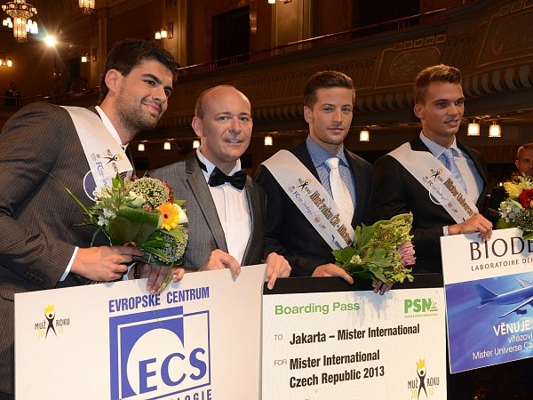 Na snímku uprostřed spořadatelem soutěže Davidem Novotným Muž roku 2013Antonín Beránek. Na druhém místě skončil Adam Nitschmann zOstravy (zcela vpravo) a na třetím Tomáš Barthell zChebu (zcela vlevo).