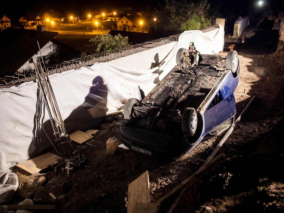 Řidiči dvou aut si údajně chtěli zpestřit sobotní večer divokou projížďkou nad kaňonem rozestavěné silnice, avšak jeden z nich se lekl, dal obrácený chod a po několika desítkách metrů skončil na střeše ve výkopu budované opěrné zdi.