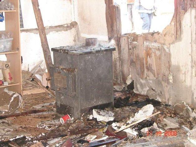 Požár skladu nábytku v bývalé drůbežárně v Křinicích u Broumova.