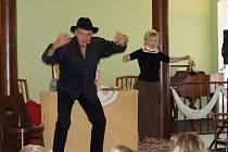 Jan Přeučil a Eva Hrušková při představení zátáhli školáky přímo do děje.