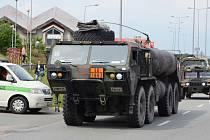 Přes hraniční přechod v Náchodě – Bělovsi přejel v sobotu odpoledne první konvoj amerických jednotek.
