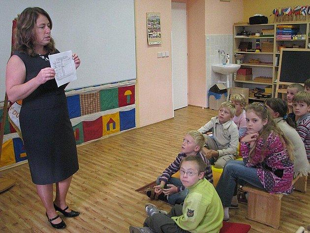 Školáci ze Suchého Dolu na Náchodsku zahájili první školní den v novotou vonící škole.